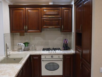 кухня Магнолия с мойкой у окна 1
