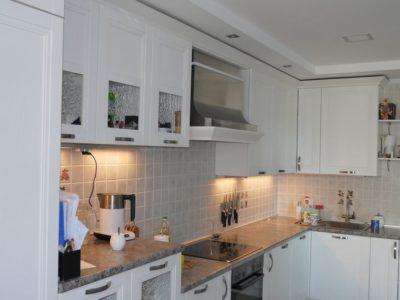 белая кухня с фасадами Манчестер акация 1